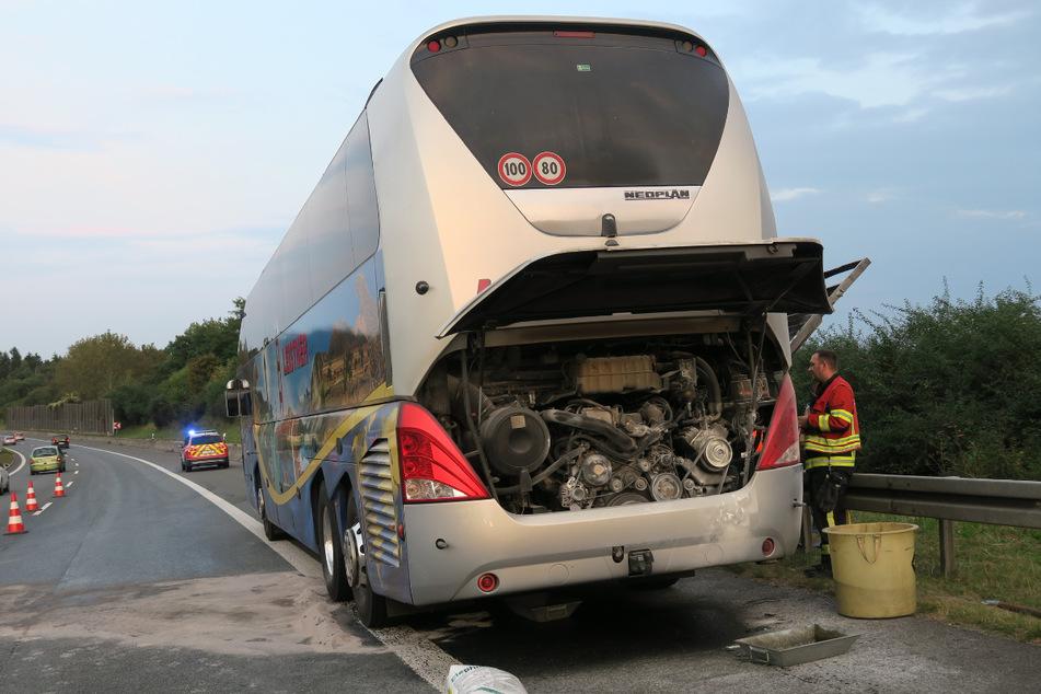 Als der Motor vom Reisebus in Flammen aufging, reagierte der Fahrer sofort, stoppte den Bus und brachte die Insassen in Sicherheit.