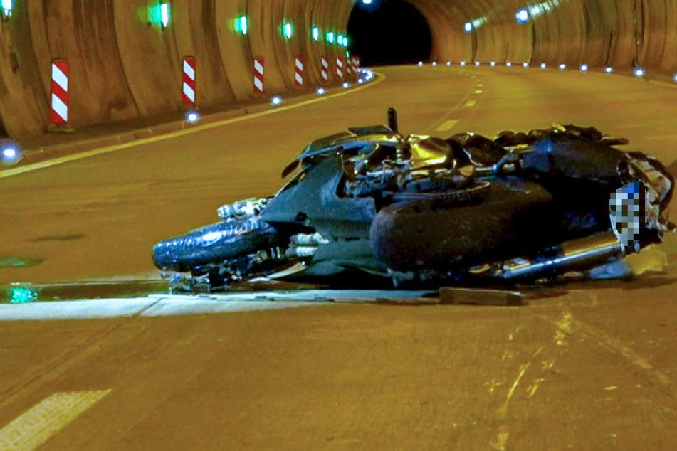 Der Biker stürzte mit seinem Motorrad auf die Fahrbahn, er wurde schwer verletzt.