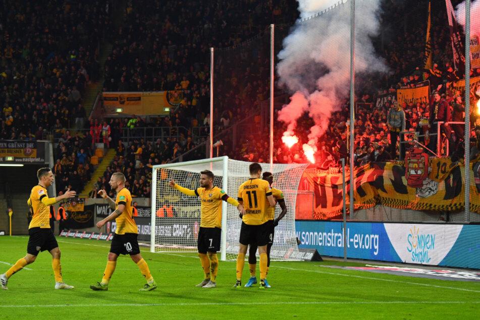 Zur Erinnerung und als Aufputschmittel: So feierten die Dynamos im November im Heimspiel gegen Wiesbaden den 1:0-Siegtreffer durch Alexander Jeremejeff (Nr. 11).
