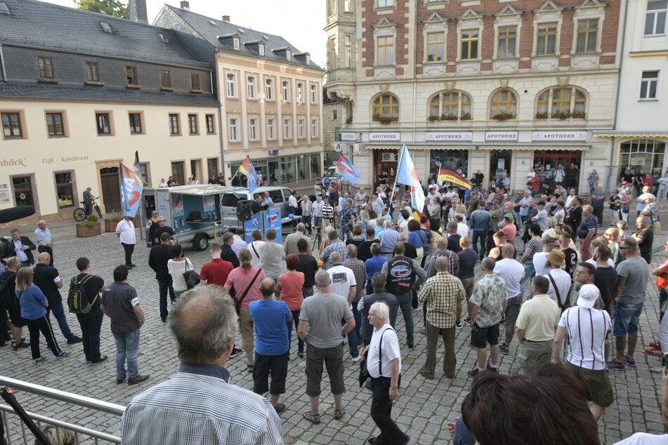 AfD-Demo auf dem Burgstädter Markt. Knapp 300 Anhänger folgen.