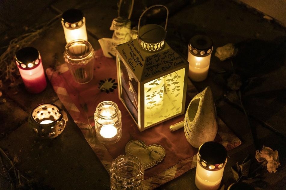 Trauernde haben vor dem Haus Kerzen angezündet.