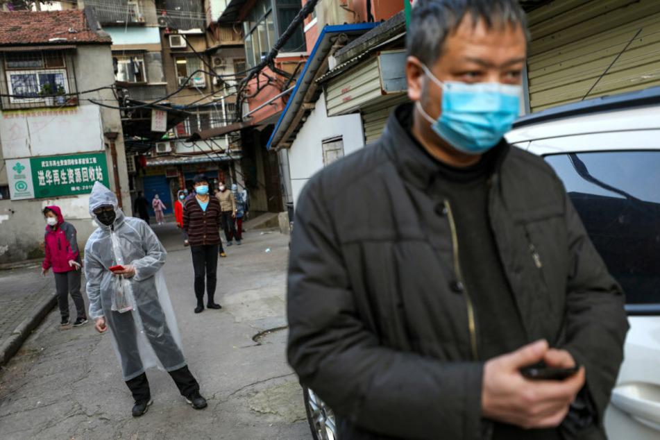 Alltag in China. Menschen stehen in Wuhan nach Fleisch an. Im einstigen Epizentrum der Pandemie gibt es aktuell keine neuen Fälle.