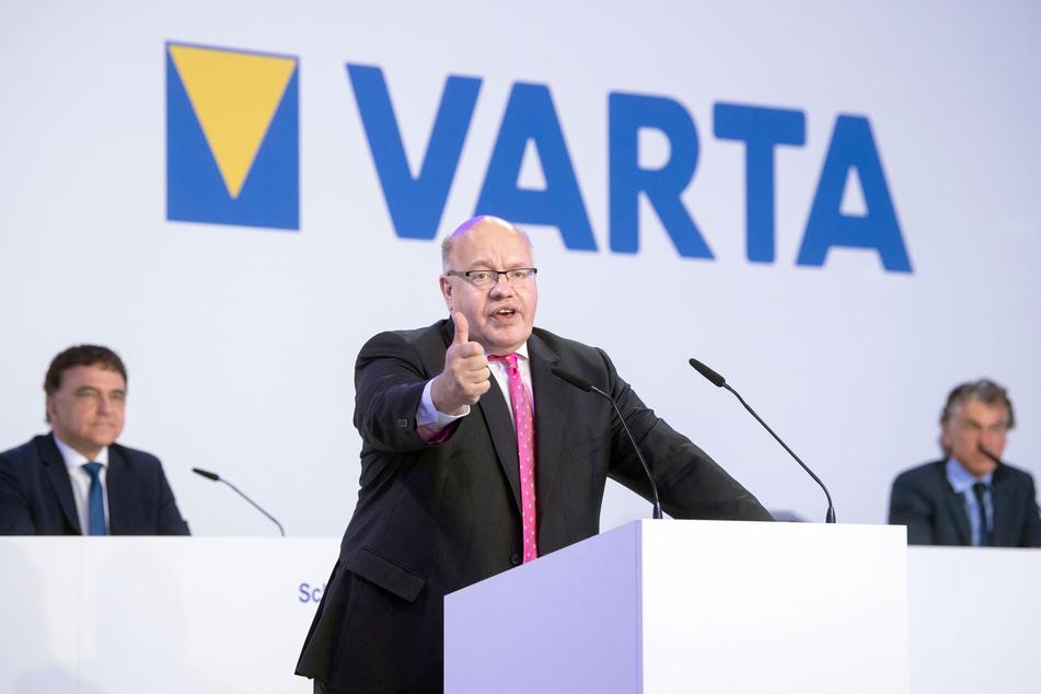 Bundeswirtschaftsminister Peter Altmaier (CDU, m), Herbert Schein (l), Vorstandsvorsitzender der Varta AG, und Michael Tojner, Mehrheitsaktionär und Aufsichtsratsvorsitzender der Varta AG, nehmen an der Übergabe eines Förderbescheids des Bundes an den Batteriehersteller teil.