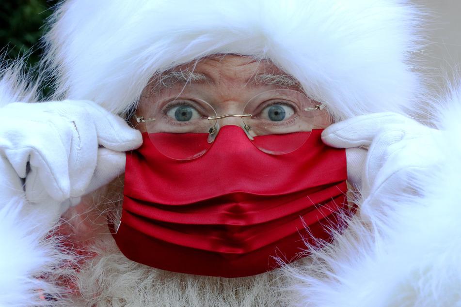 Der am ersten Tag des Teil-Lockdowns vorgestellte neue Weihnachtsmann des Kaufhauses Selfridges trägt aufgrund der Corona-Pandemie eine rote Gesichtsmaske. Der Weihnachtsmann muss in Großbritannien aber keine Maske tragen. Das stellte ein Sprecher der Downing Street nun klar.