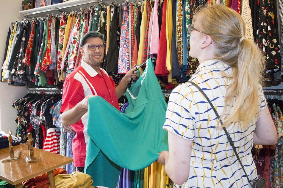 """""""Lady Yule""""-Mitarbeiter Franz Neugebauer (41) freut sich, dass er die Mimik der Kunden wieder voll sehen kann."""