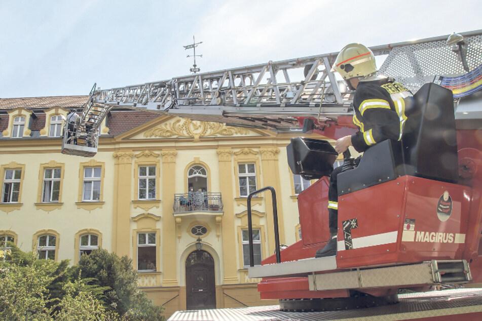 """Die Kameraden der Freiwilligen Feuerwehr Niesky hievten über die Drehleiter zwei Musiker hoch zu den Senioren im Altenpflegeheim """"Abendfrieden""""."""
