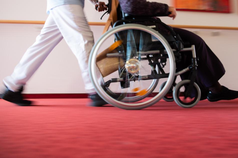 Besuchsvorgaben in Pflegeeinrichtungen werden gelockert. (Symbolbild)