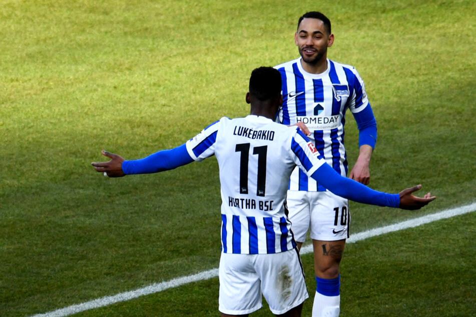 Matheus Cunha (r.) bedankt sich nach seinem Treffer zum 2:0 bei Vorlagengeber Dodi Lukebakio.
