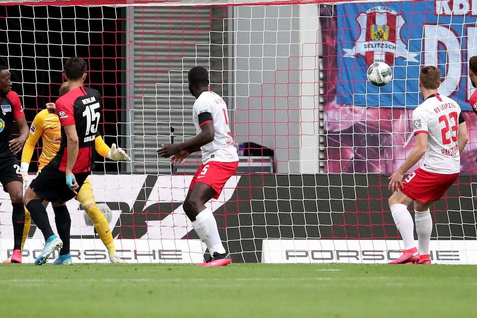 Marko Grujic (l., #15) lief nach einer Ecke ein und konnte recht unbedrängt zum 1:0 für Hertha einnetzen.