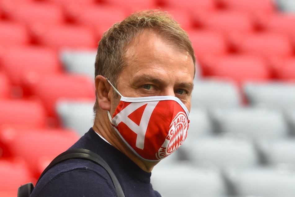 Hans-Dieter Flick (55), Trainer von München, trägt Mundschutzmaske vor dem Spiel.