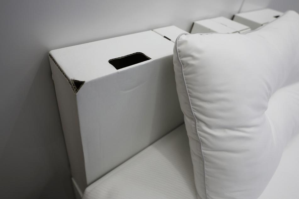 Das Detail eines Bettes, das für die Athleten im Olympischen Dorf Tokio 2021 verwendet werden sollen.