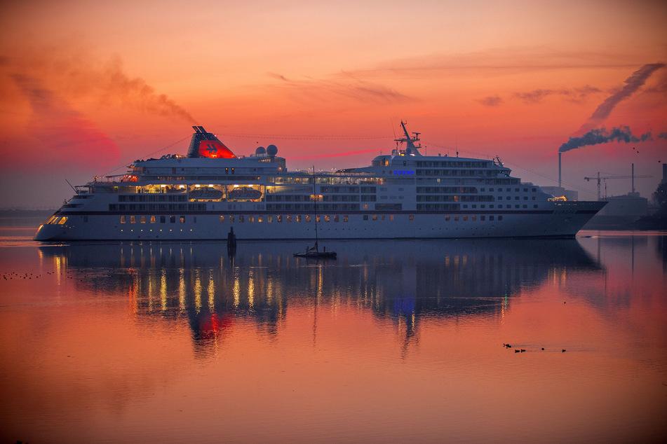 """Das Kreuzfahrtschiff """"Europa"""" der Reederei Hapag-Lloyd Kreuzfahrten passiert die Seebrücke in Wismar-Wendorf."""