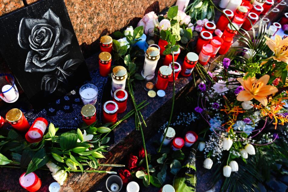 Blumen und Kerzen auf dem Marktplatz in Hanau: Der Anschlag hatte deutschlandweit Entsetzen und Trauer ausgelöst.
