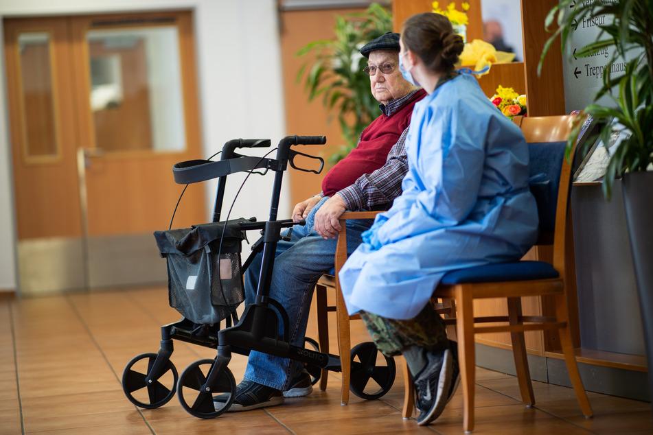 Zum 25. Mai soll der bestehende Aufnahmestopp für stationäre Alten-, Behinderten- und Pflegeheime auslaufen. (Symbolbild)