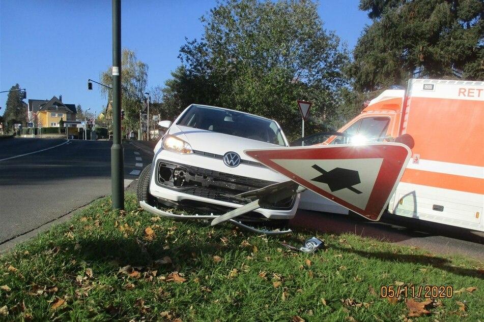 Die unkontrollierte Fahrt des weißen VW endete an einem Verkehrsschild.
