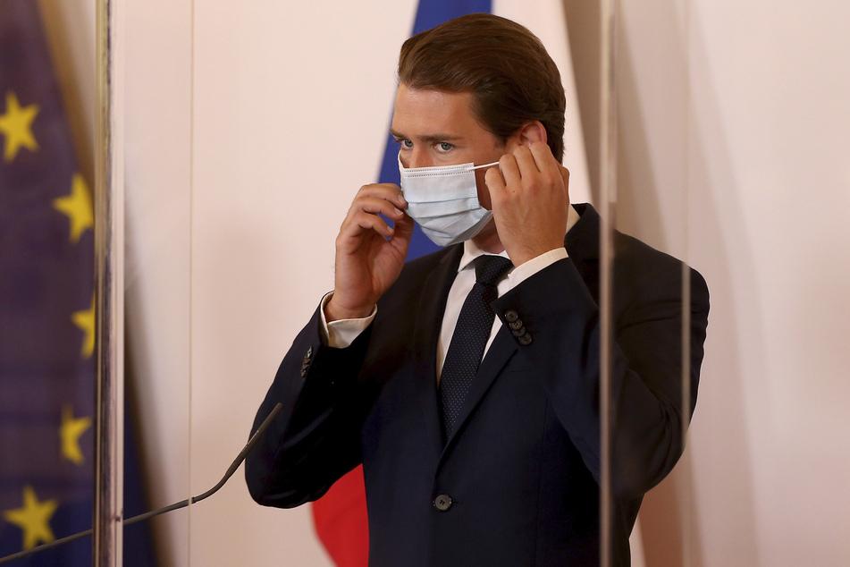Sebastian Kurz (ÖVP), Bundeskanzler von Österreich, richtet seinen Mundschutz.