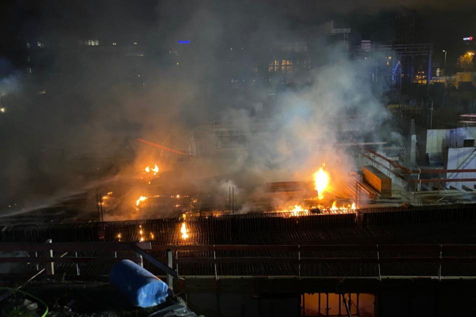 Das Feuer breitet sich auf der Baustelle aus.