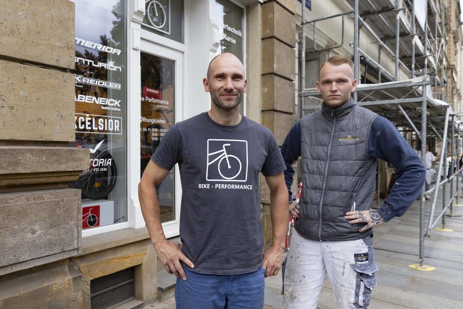 Händler Stefan Scherz (34, l.) und Maler Sören Ressel (23) schnappten während der Arbeit eine Räuberin.