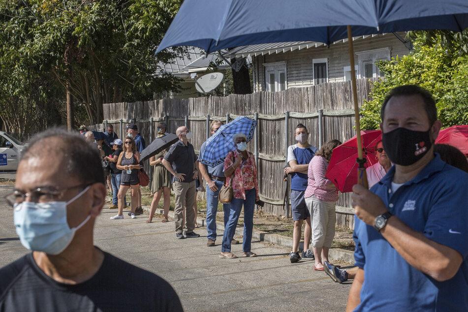 Während in den USA bereits viele Wähler Schlange stehen, um vorzeitig ihre Stimmen zur Präsidentschaftswahl im November abzugeben, steigen die Corona-Fallzahlen weiterhin rasant an.