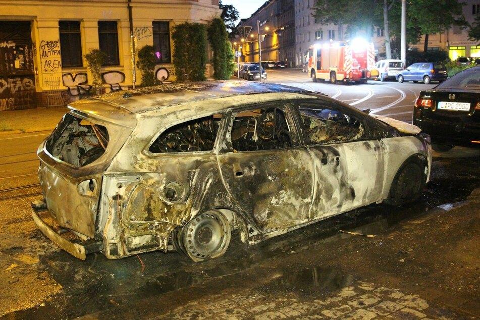Gegen 4.20 Uhr fing das am Straßenrand geparkte Auto Feuer.