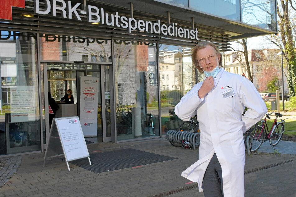 Prof. Torsten Tonn vor dem DRK-Blutspendedienst-Gebäude.