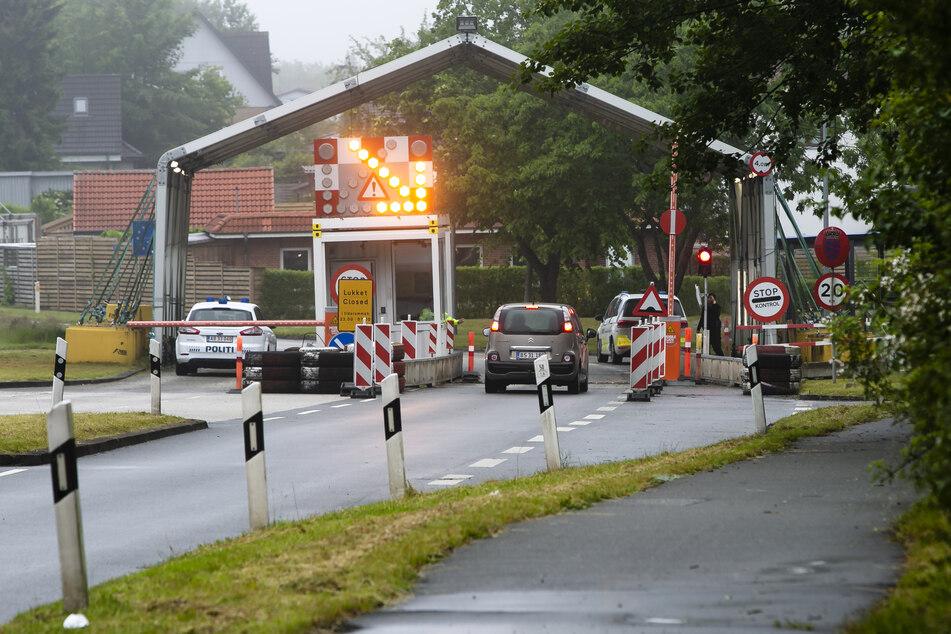 Schleswig-Holstein, Harrislee: Ein Auto hält vor dem Grenzübergang zu Dänemark in Padborg.