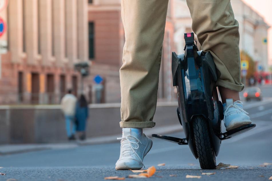 Mit einem sogenannten Monowheel konnte ein 25-Jähriger der Polizei entkommen, wurde später jedoch in einer Seitenstraße entdeckt. (Symbolbild)