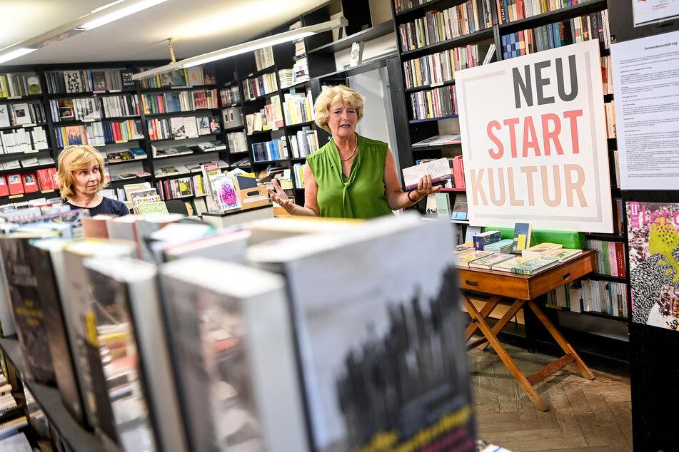 Monika Grütters (CDU), Kulturstaatsministerin spricht mit der Buchhändlerin Silke Grundmann in der Buchhandlungen Kohlhaas & Company.
