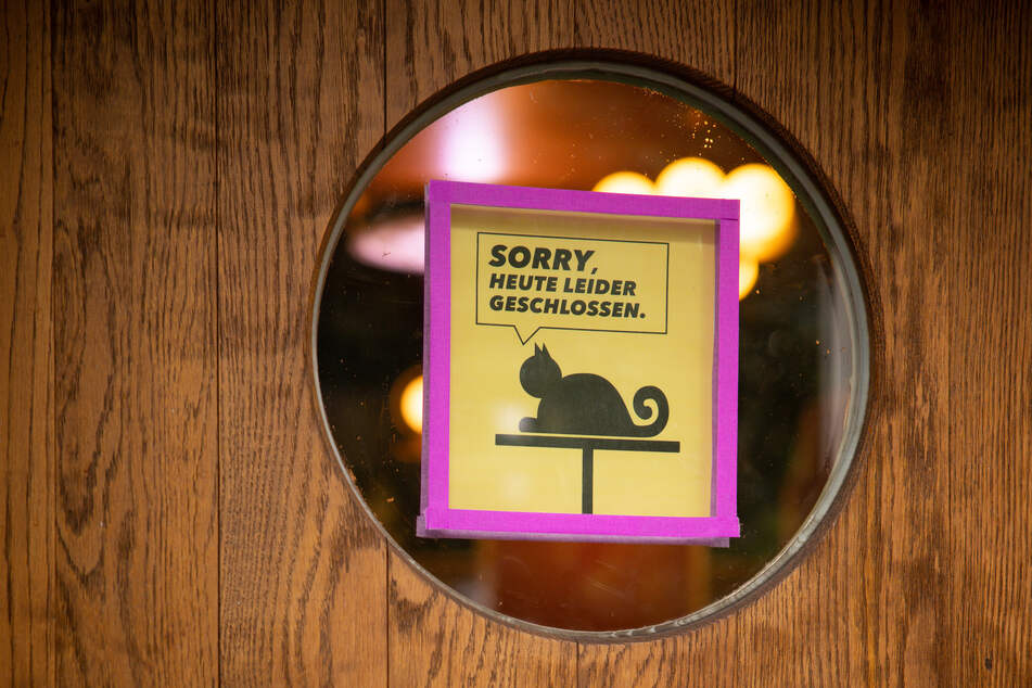 """Ein Schild mit dem Text """"Sorry, Heute leider geschlossen"""" hängt an der Tür zu einer Bar im Schanzenviertel."""