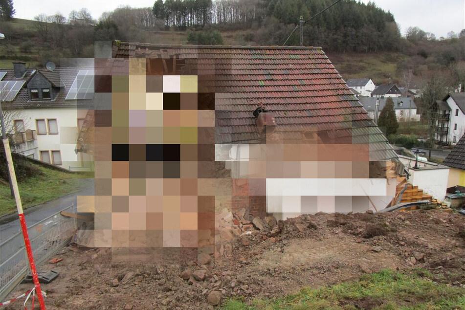 Besitzer lässt Baggerarbeiten an seinem Haus durchführen: Was er dann macht, ist lebensgefährlich