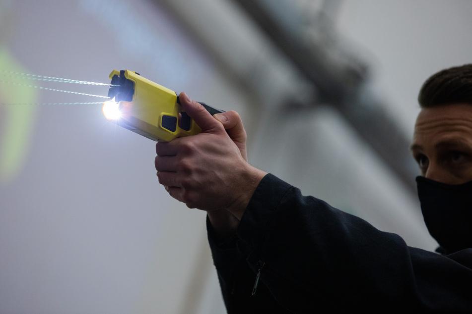 Die Polizei in Nordrhein-Westfalen testet derzeit mit 70 Geräten für ein Jahr lang den Einsatz von Tasern.