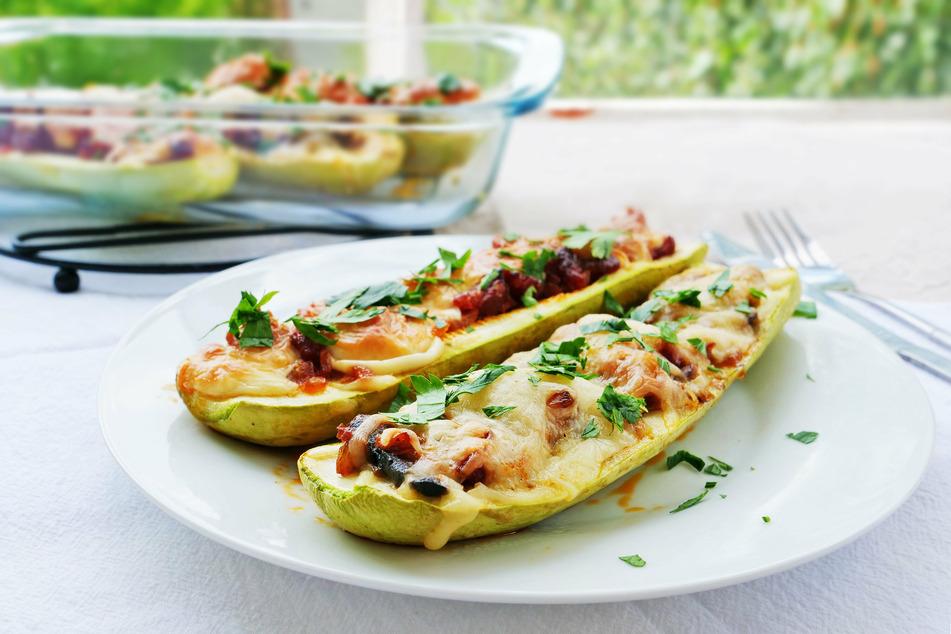 Gefüllte Zucchini ist nicht nur ein Augenschmaus, sondern auch eine Freude für die Geschmacksnerven.