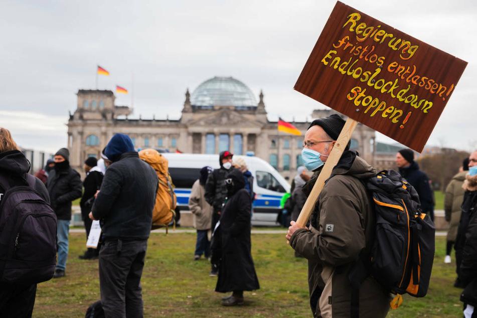 Am Freitag versammelten sich einige Menschen vor dem Reichstagsgebäude, um gegen die Corona-Maßnahmen der Regierung zu protestieren. Bei einer geplanten Kundgebung am Samstag blieben die Teilnehmer hingegen weitestgehend aus.