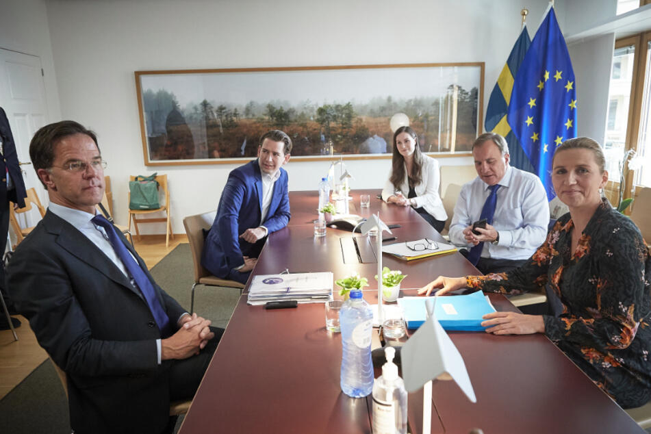Mark Rutte (l-r), Ministerpräsident der Niederlande, Sebastian Kurz, Bundeskanzler von Österreich, Mette Frederiksen, Ministerpräsidentin von Dänemark, Stefan Löfven, Ministerpräsident von Schweden, und Sanna Marin, Ministerpräsidentin von Finnland, nehmen an einer Konferenz im Rahmen des EU-Sondergipfels am Hauptsitz der Europäischen Union teil.