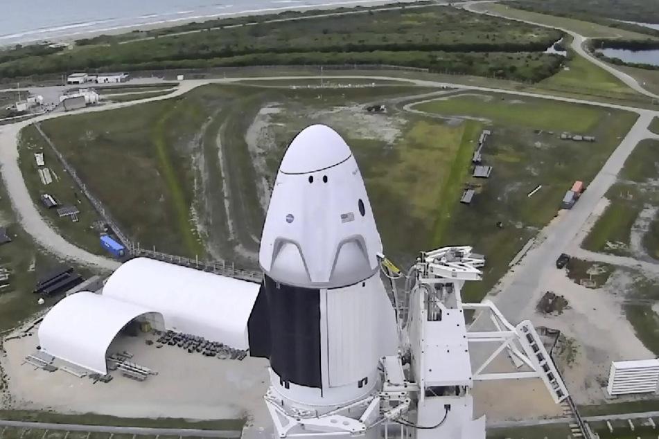 """Auf diesem Bild, das aus einem Video von NASA-TV erstellt wurde, wird die """"Falcon 9""""-Rakete von SpaceX mit den NASA-Astronauten Hurley und Behnken in der Besatzungskapsel """"Crew Dragon"""" im Kennedy Space Center in Cape Canaveral zum Start vorbereitet."""