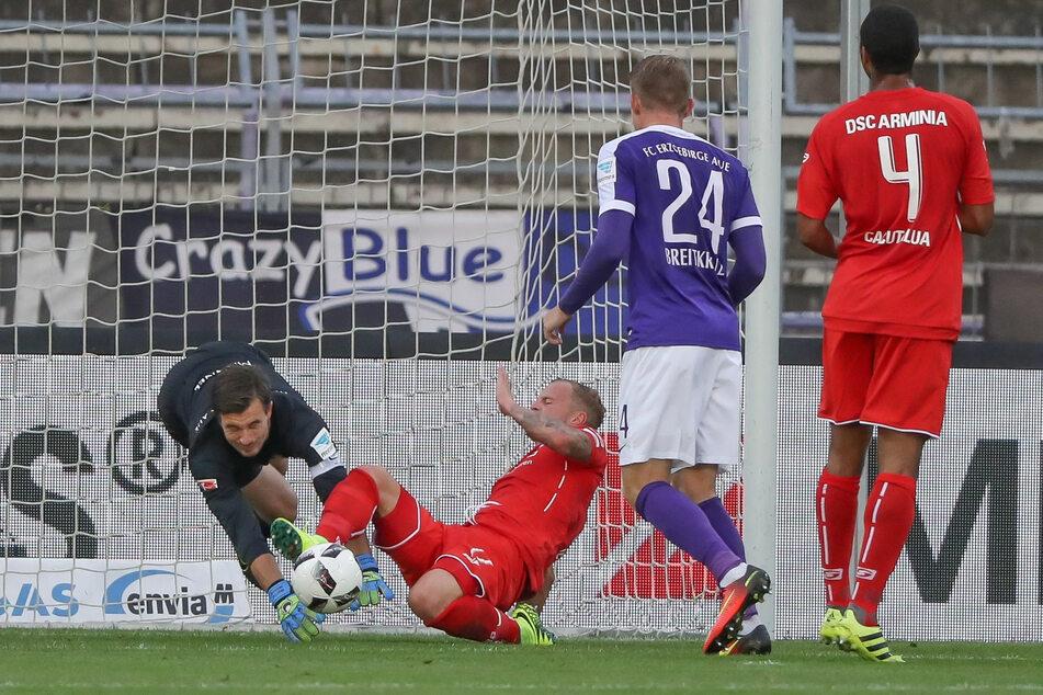 21. September 2016: Martin Männel (l.) klärt gegen den Bielefelder Christoph Hemlein, zieht sich dabei aber eine schwere Ellbogenverletzung zu und muss anschließend drei Monate zwangspausieren.