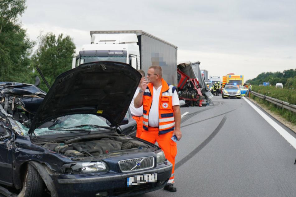 Im Vordergrund ist der demolierte Volvo der 54-Jährigen zu sehen. Danach folgt der Lkw des 47-Jährigen, anschließend der rote Kleintransporter des 62-Jährigen.