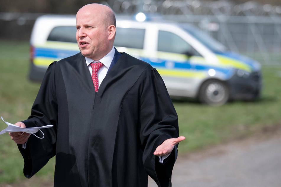 Kai Schaffelhuber, Rechtsanwalt des Hauptbeschuldigten Hanno Berger, steht vor dem Gerichtsgebäude und spricht mit Journalisten.