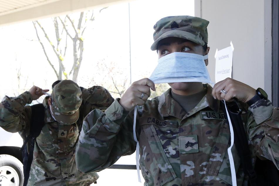Sgt. Alejandra Cabos (re.) bindet sich einen Mundschutz um, bevor sie das Hauptquartier der kalifornischen Nationalgarde in Sacramento betritt.