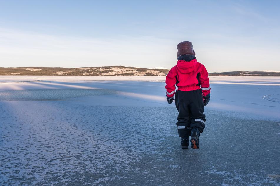 Junge (8) bricht in gefrorenen See ein: Rettung erst nach 50 Minuten