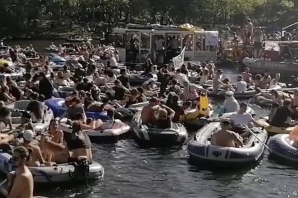 Auf Schlauchbooten feiern Berliner am Pfingstsonntag.
