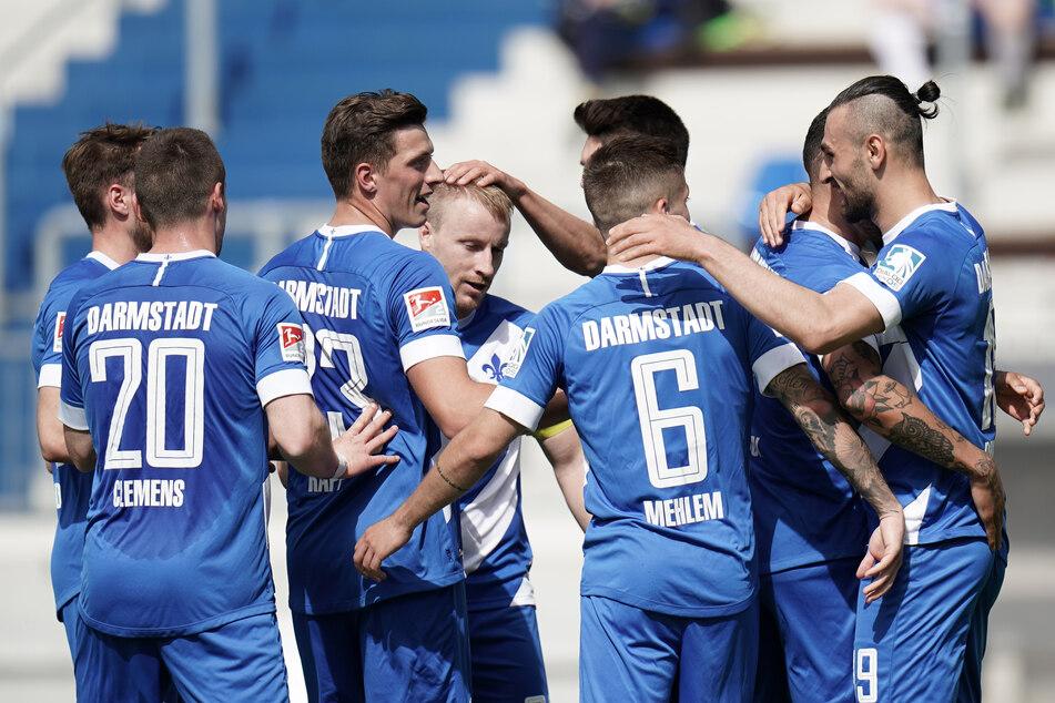 Die Spieler des SV Darmstadt 98 bejubeln den zwischenzeitlichen 2:1-Führungstreffer durch Serdar Dursun (r.) gegen den 1. FC Heidenheim.