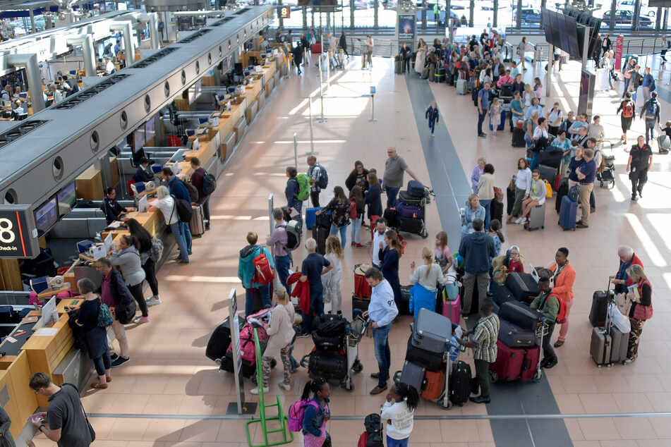 Fluggäste warten in langen Schlangen an den Check-In Schaltern am Helmut-Schmidt-Airport in Hamburg (Symbolfoto).