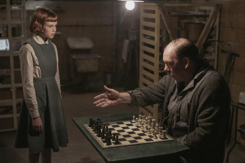 In der Serie weckt der Hausmeister Beths Neugier am Schach - bei Filiz war es der Papa.