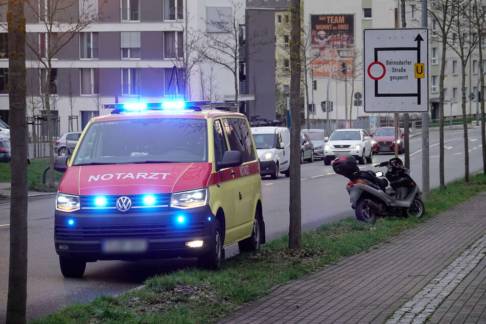 Am Montagabend stürzte ein Moped-Fahrer auf der Zschopauer Straße. Er kam schwer verletzt in ein Krankenhaus.