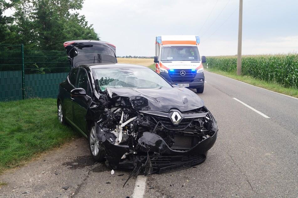 Die zwei Insassen des angefahrenen Renaults wurden schwer verletzt ins Krankenhaus eingeliefert.