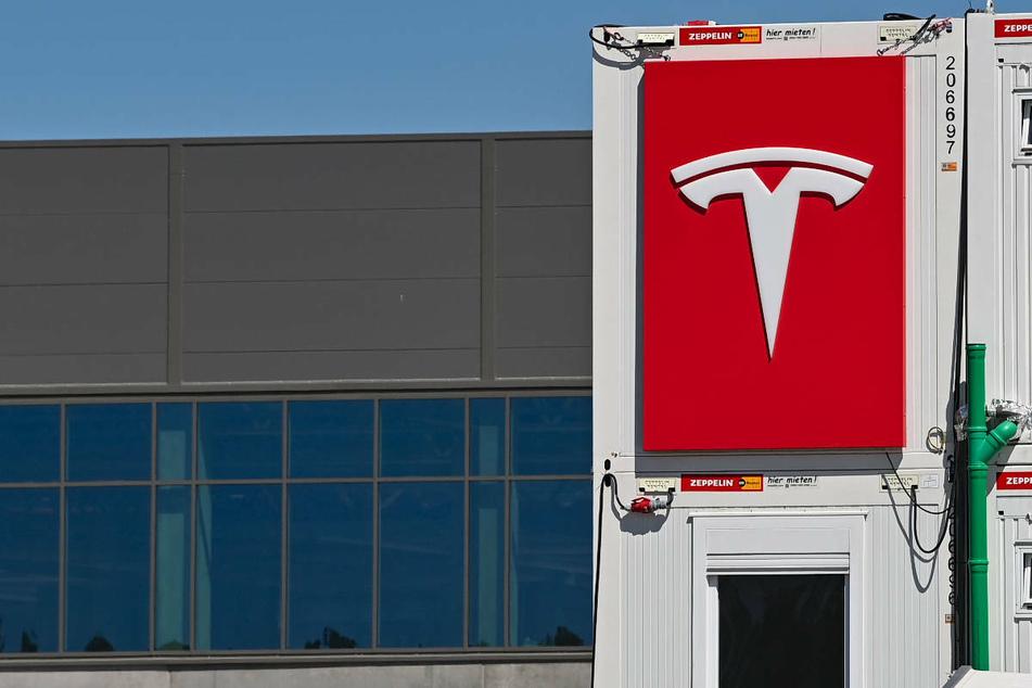Das Logo von Tesla prangt an einem Container auf der Baustelle der Gigafactory in Grünheide, östlich von Berlin.