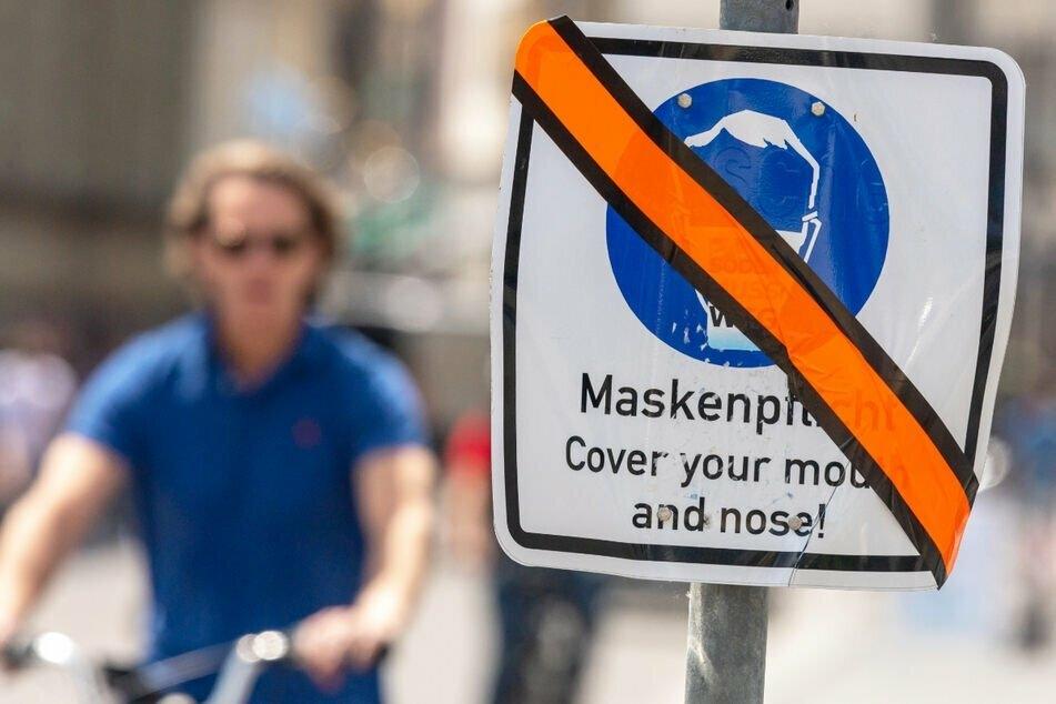 Fällt die Maske? Am Dienstag könnte das Kabinett auch über die Verordnungen zu den FFP2-Masken abstimmen. (Symbolbild)
