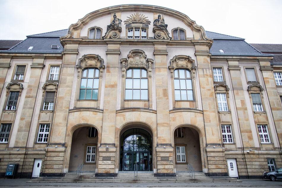 Blick auf das Landgericht Mönchengladbach, vor dem sich ein 24-jähriger Vater wegen schwerer Kindesmisshandlung in vielen Fällen verantworten muss.