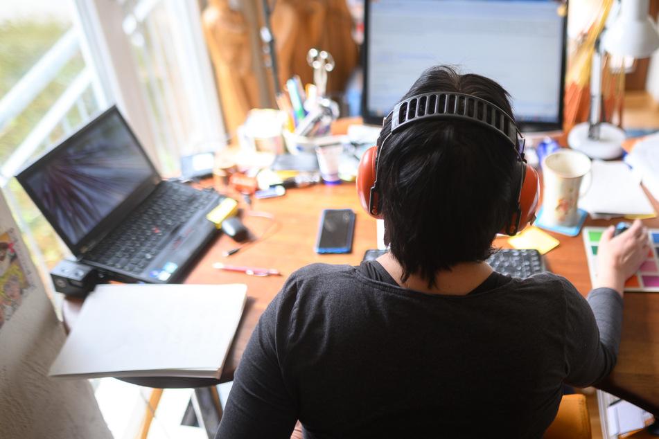Eine Frau arbeitet mit Hörschutz im Homeoffice. Nach Beobachtung der DGB-Frauen im Land wurde die Geschlechterungerechtigkeit durch die Pandemie weiter verschärft. So konnten beispielsweise manche Frauen nicht von Zuhause aus arbeiten.